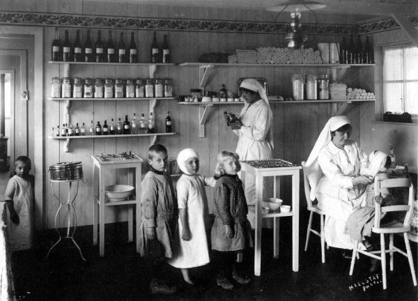Bandage room in the school of Queen Marie-José in Wulveringhem, 1916. (Collections Cegesoma, fund Binon, N°93973)