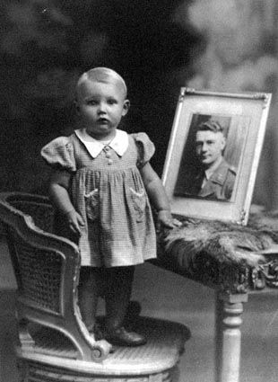 'Elisabeth with the photo of her father', Fonds Elisabeth Erika Charlier : enfants de guerre, [1940-1945], photo n° 262519,© State Archives.