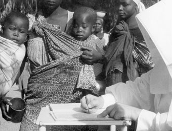 Missionary sister taking care of Congolese women and children, Stanleyville hospital, between 1942 and 1944. (photograph collection André Cauvin, Cegesoma, n° 140.632)