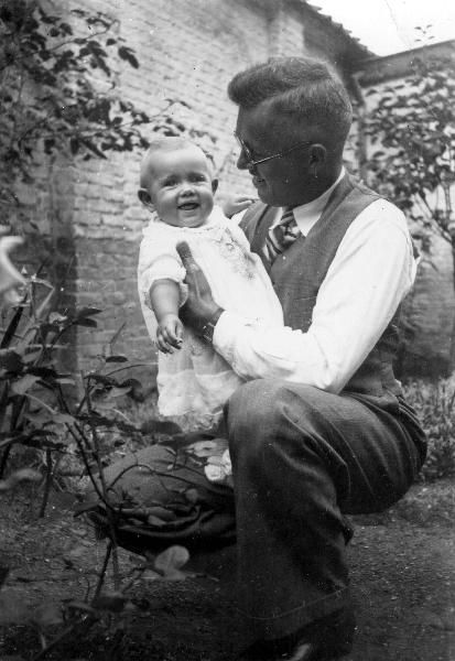Sint-Niklaas, July 1940, Hildegard with her dad, after his return from internment, Fund war children, daily life in Flanders (1940-1945), CegeSoma/AGR, reserved rights, photo N° 258.494.  #CRLF#