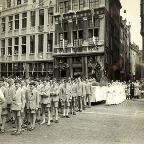 Students of Sint-Jan Berchmans college honour the Virgin Mary at the Brussels Grand-Place in 1953. (Photo KADOC)