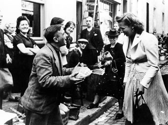 Young woman buys bread on the black market. Belgium, 1943. (CegeSoma, n° 28437)