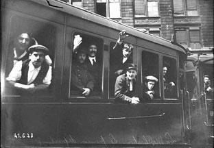Parisiens en route vers leurs unités en août 1914. (Photo Archives nationales de France)