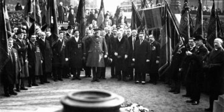 Une association d'anciens combattants à la tombe du Soldat inconnu, Bruxelles, années '30, photo CegeSoma n°38709, © CegeSoma/Archives de l'Etat..
