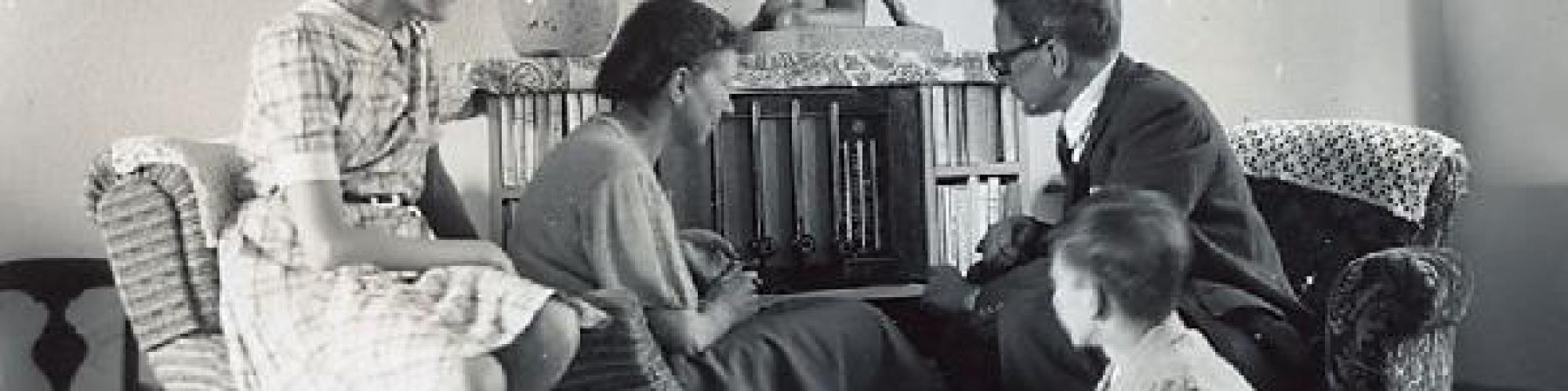 La famille Struye à l'écoute de la radio pendant l'occupation © CegeSoma/Archives de l'Etat