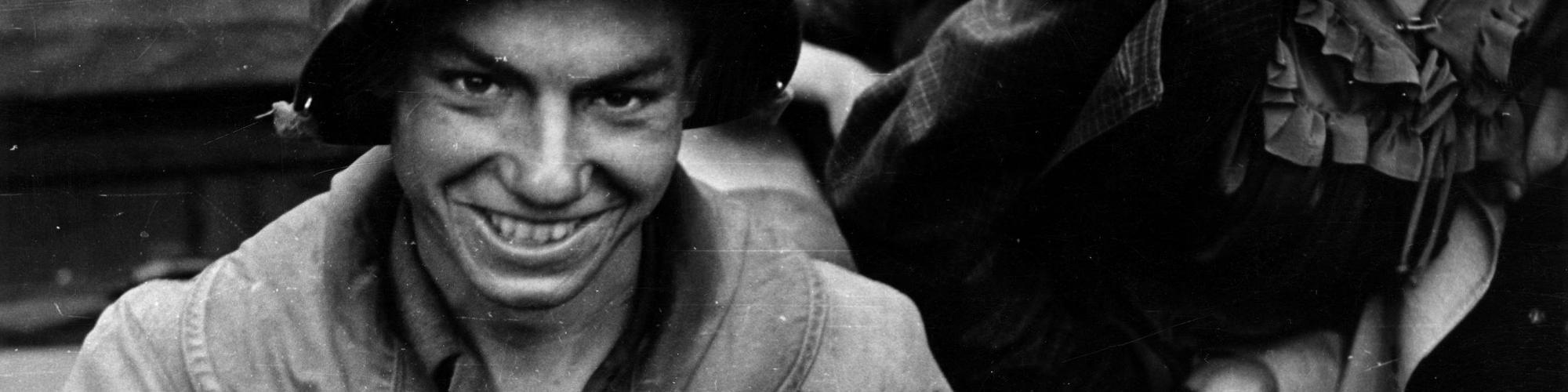 Le sourire d'un GI et d'une charmante fille de Charleroi (photo A.Neufort)/CegeSoma/Archives de l'Etat