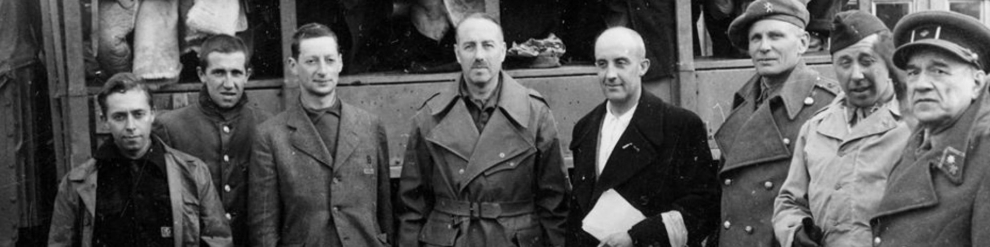 Aankomst van gedeporteerden op het vliegveld van Nohra waar ze verwelkomd worden door Paul Van Zeeland, 27/4/1945, foto genomen door François Ganshof © CegeSoma/Archives de l'Etat